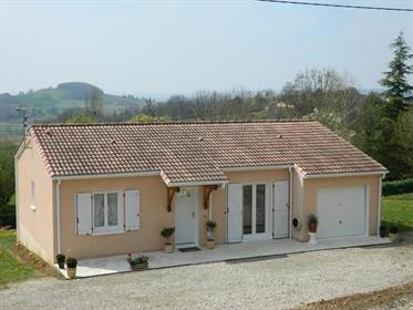 Une maison de plain-pied bien présentée avec deux chambres, construite en 2005 avec garage attenant