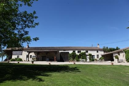 Domaine viticole de 26 hectares avec piscine et court de tennis.