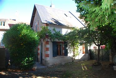 Maison de bourg avec parc de 700m², mitoyenne.