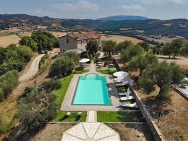 Prestigioso casale con annesso, panorama e piscina