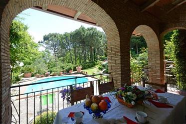 Caratteristico casale in pietra con piscina
