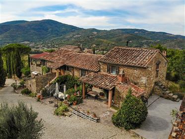 Casale Storico al confine tra Umbria e Toscana