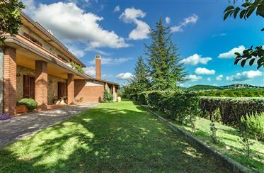 Villa Collelungo immersa nel verde