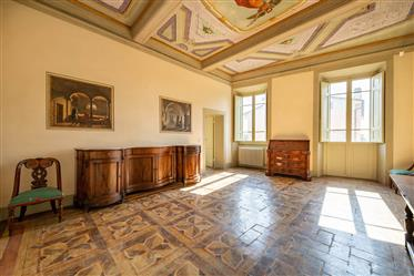 Frescoed apartment in an exclusive context