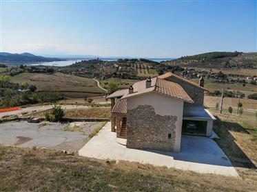 Casale panoramico con laghetti e uliveto