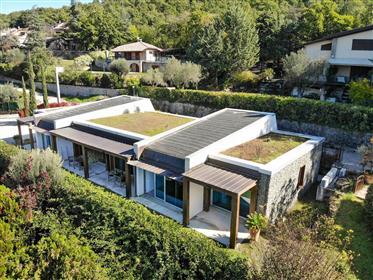 Villa de conception moderne sur le lac