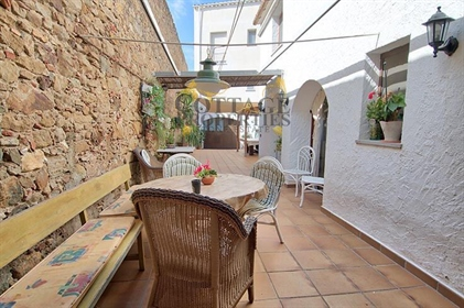In the center of Pals, and just 5 minutes from all services, is this beautiful town house