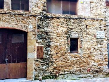 En el corazón del Empordà y situado en un de los pueblos más emblemáticos se encuentra est...