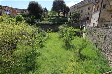 Volterra_ vendesi palazzo diviso in 4 appartamenti da ristrutturare con giardino