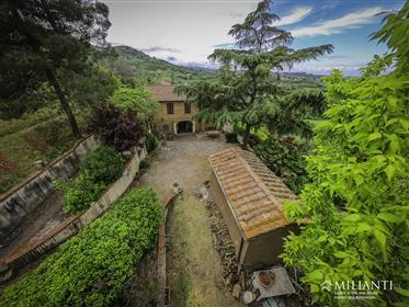Casolare nella campagna di Volterra con 1,5 ha di terra e piscina