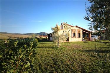 Villetta indipendente con 3 camere e grande giardino nella campagna di Volterra