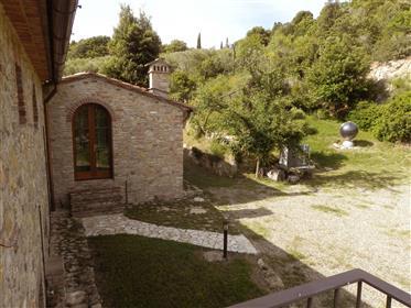 Casolare in prestigioso complesso con piscina nella campagna di Gambassi Terme