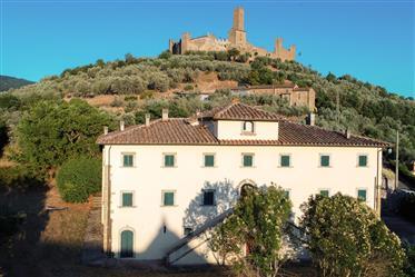 Villa d'epoca tra castello medievale e antica chiesa