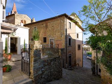 Recentemente restaurato e arredato terratetto con due camere e terrazza nel centro storico