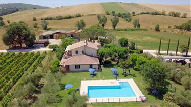 Proprietà con attività agroturistica, residenza padronale e produzione agricola – vino, olio e semin