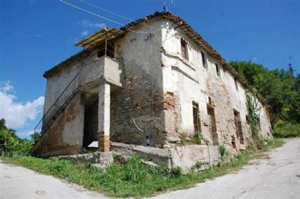 Rustico in pietra da ricostruire con bellissime viste dei Sibillini a pochi passi da Comun