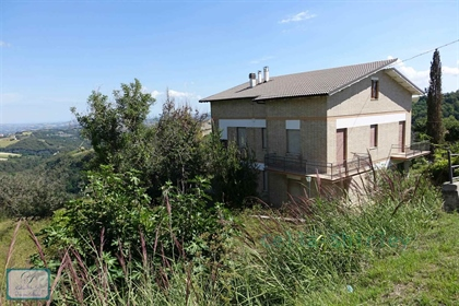 Independent house divided in 2 apartments with beautiful views and 1.7 ha of land in Monte