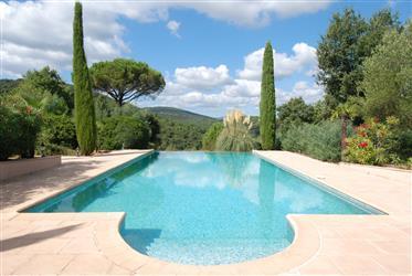 Gassin - Vaste propriété avec de beaux espaces intérieurs et extérieurs.