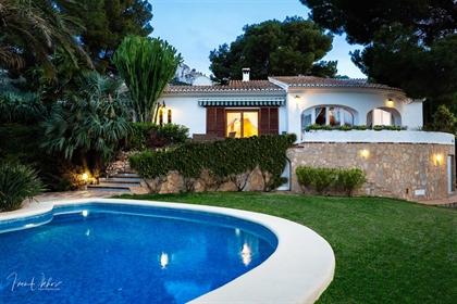 Villa con vistas panorámicas al mar en Dénia. La villa tiene una superficie de420 m² y se