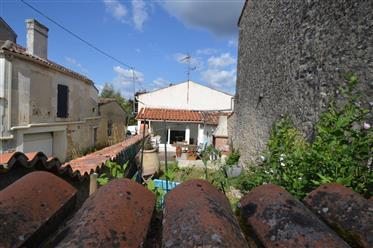 Proche Cognac, à vendre maison de village 3 chambres et jard...