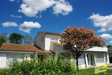 15 mins West of Saintes, property of 375m² with garage and garden.