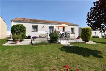 Proche St Jean d'Angély, à vendre, maison de plain-pied, trois chambres.