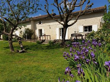 Near estuary, beautiful renovated Charentaise 5 bedrooms, swimming pool
