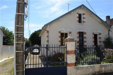 Saintes Rive droite à vendre maison de ville deux chambres, jardin, piscine.