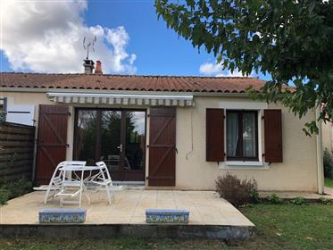 Saintes, for sale single storey house 3 bedrooms, garage, garden.