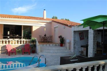 Bungalow with 4 bedrooms, swimming pool, garage.