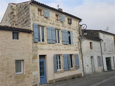 Proche Saintes, maison de village à finir de rénover, gros potentiel