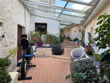 Proche du centre ville de Saint-Jean-D'Angely, maison charentaise rénovée
