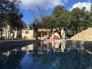 Propriété à vendre à Bonnieux avec un jardin arboré et une piscine