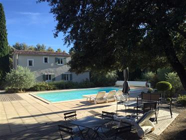 Maison contemporaine à vendre à Menerbes avec un jardin, une piscine et une maison d'amis