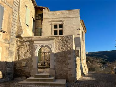 Private mansion for sale in Menerbes with a courtyard garden and a panoramic view