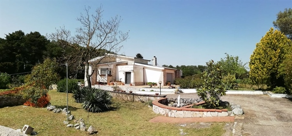 At 5 km from Martina Franca, road to Massafra, we offer for sale an independent villa of 2