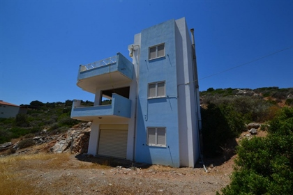Villa with guest apartment, walking distance to town and beaches.