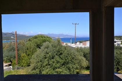 Ημιτελές κτήριο στο θέρετρο με θέα στην ανοιχτή θάλασσα από όλα τα δωμάτια. Προσφέρουν