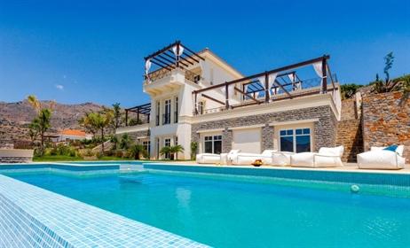 Παραθαλάσσια πολυτελής βίλα 4 υπνοδωματίων με πισίνα, ξενώνα...