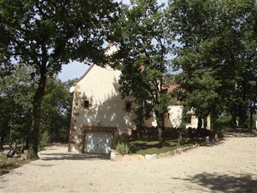 Propriété en excellentes conditions dans un environnement préservé et boisé et boisé.