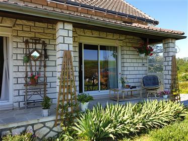 Casa à venda na área turística
