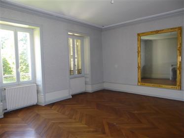 Château 1829 aménagé en 6 appartements, dans son parc de 9ha