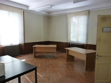 Castle restored on 1.100m2 Center seminars, offices and housing, on 9.2 acres of Park