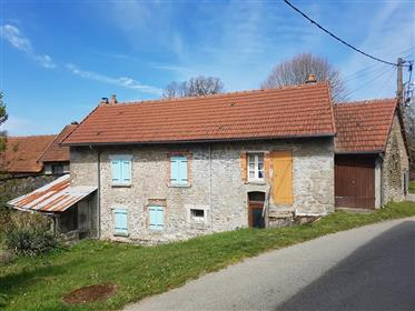 Cottage con proprio bosco in posizione rurale