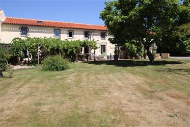 2 Häuser: 5-Schlafzimmer: 3-Schlafzimmer Plus Pool mit Teleskopabdeckung: 3 Garagen