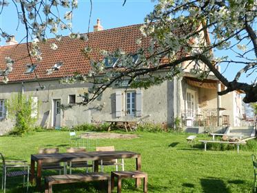 Fraai verbouwd woonhuis annex café, met zwembad, prachtige loft en weids uitzicht over Loirevallei