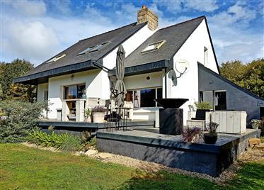 Se vende Villa de Arquitecto a 10 minutos de la Bahía de Audierne y a 15 minutos de Douarnenez.
