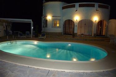 Moradia totalmente mobilada em terreno fechado de 800m ² com piscina privada, carport,