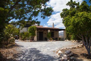Adorável casa de campo característica em todo dez minutos da costa com 360 vistas degee para montan