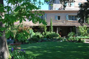 Великолепный отдельный каменный коттедж и большие сады с крытым бассейном